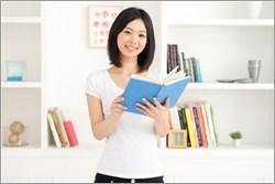 本を手にする女性